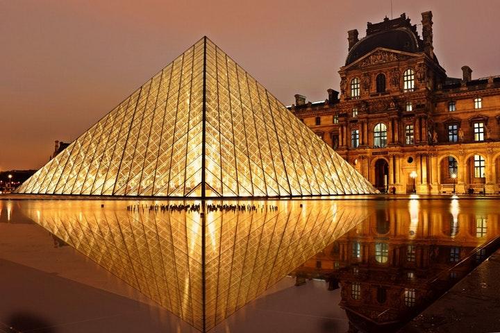 Louvre upplyst om natten